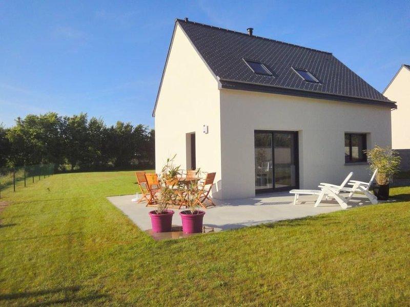 Agréable maison neuve lumineuse, jardin clos, proche de la mer, sentiers, wifi, holiday rental in Cotes-d'Armor