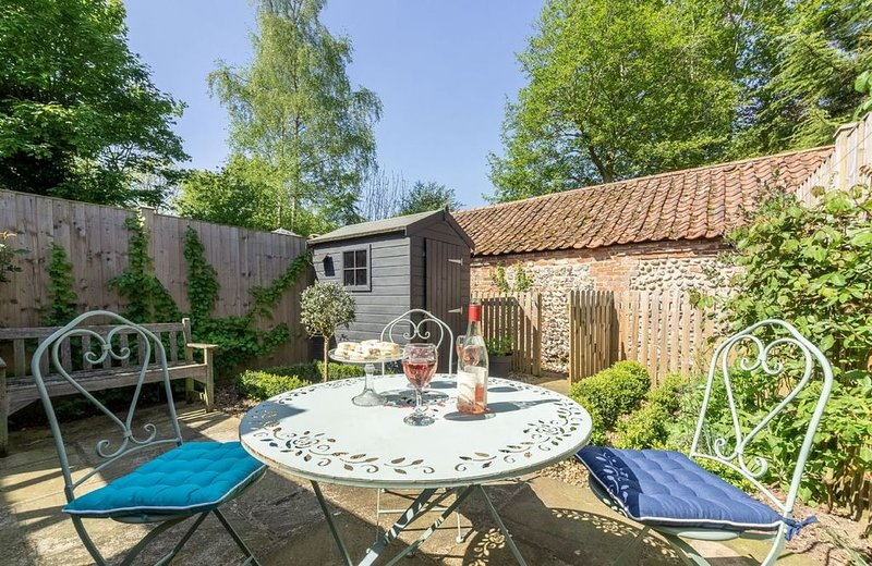 A family cottage with courtyard garden, in one of the oldest parts Aylsham, in N, holiday rental in Banningham