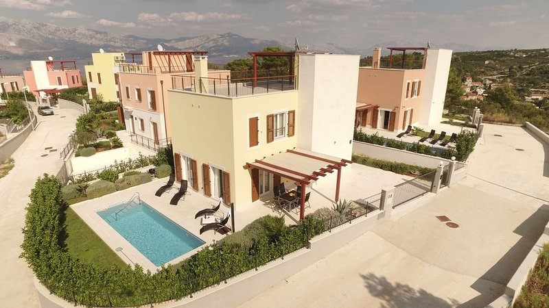 Sunny villa Yellow with pool for 8, holiday rental in Splitska