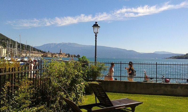 Casa sulla spiaggia a Salò  Lago di Garda con giardino privato e posto auto, location de vacances à Salo