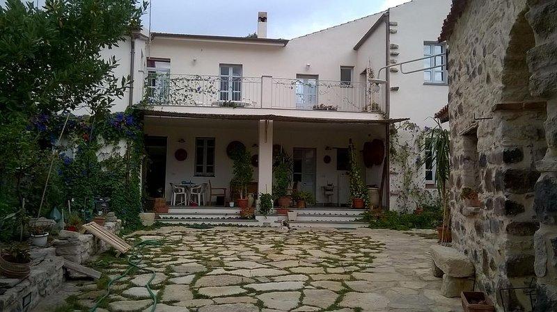 Casa tradizionale e  accogliente con giardino e corte interna in centro storico, vacation rental in Serri