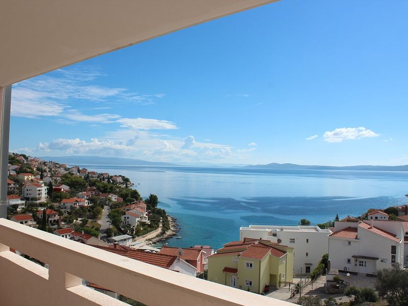 4* Apt, Fab Views, Bikes, Pool, Kayaks, 300m to beach & Trogir Diving Centre., vacation rental in Okrug Gornji
