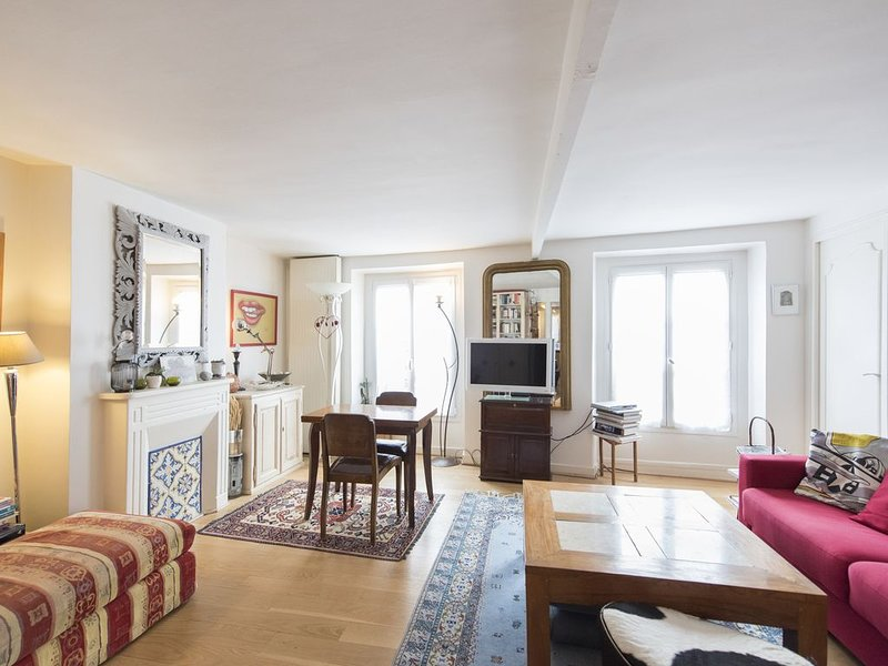 Reach the Montmarte area in 2 mins via Metro! Bright 3 bed for 5 guests (Veeve), holiday rental in Hauts-de-Seine