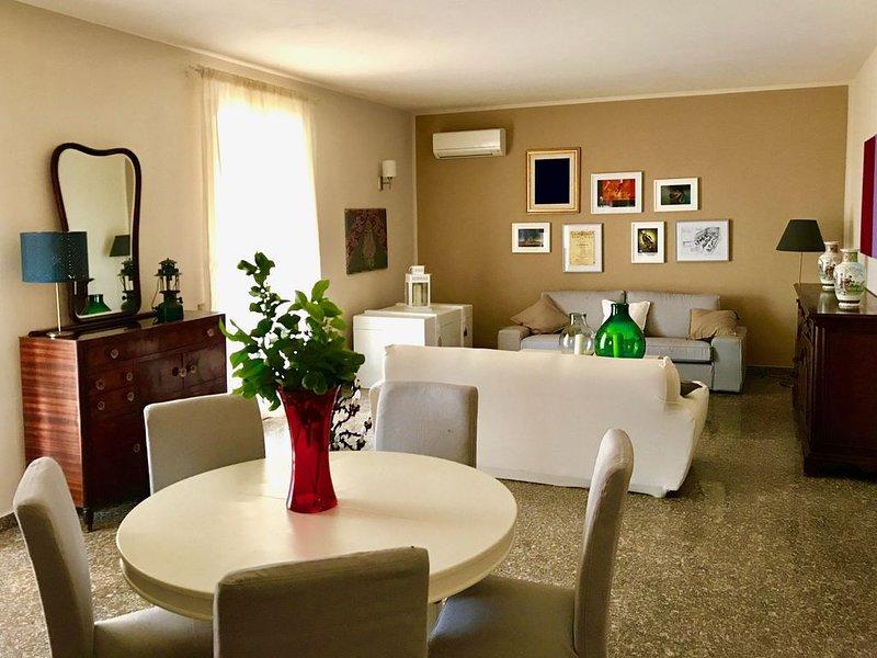 Villa climatizzata immersa nel verde vicino al mare che ospita fino a 8 persone, holiday rental in Terrasini