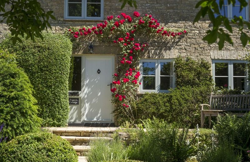 Poppy's Cottage in the Cotswolds sleeps four. With a beautiful large garden. Dog, holiday rental in Cirencester