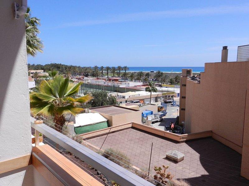Coqueto apartamento en Jandia con terraza y vistas al mar. Wifi gratis, holiday rental in Solana Matorral