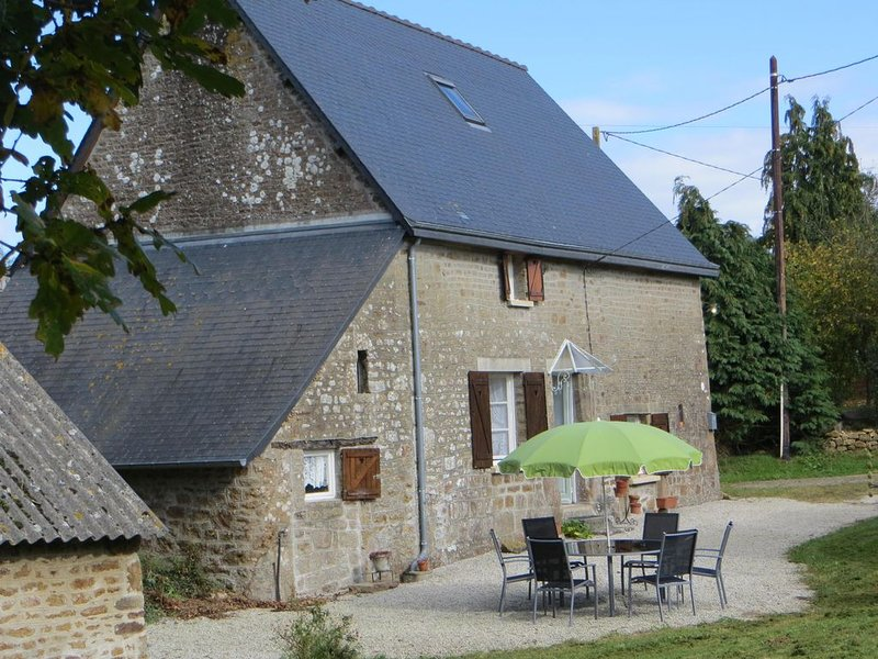 Period  Stone Holiday Home with garden in peaceful setting near all amenities, aluguéis de temporada em Saint-Fraimbault