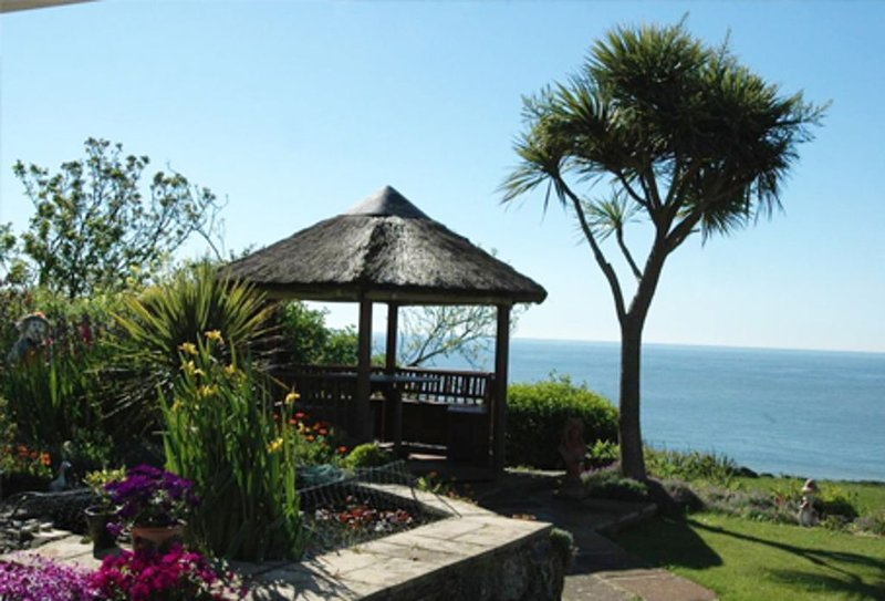 Self contained 5 star Boat House Studio overlooking the Sea ideal for couples, location de vacances à Ventnor