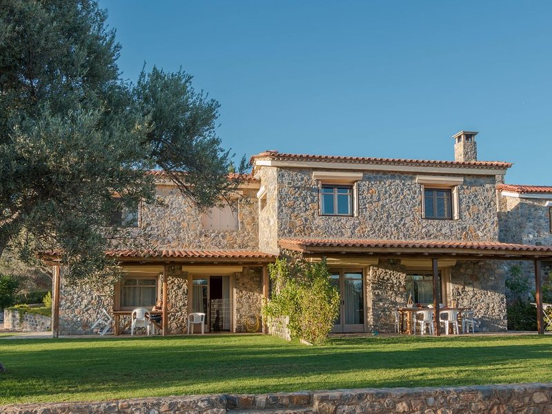House in tranquil olive grove - 200m from beach, casa vacanza a Limnionas