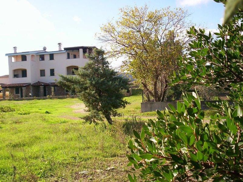 CASA GIONNY-B trilocale al primo piano a 600 metri dalla spiaggia di Budoni, holiday rental in Agrustos
