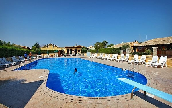 Villa Rosa - 3 Bedrooms, 2 Baths, POOL, Air Conditioned, Garden, Barbecue, Wi-Fi, holiday rental in Campofelice di Roccella