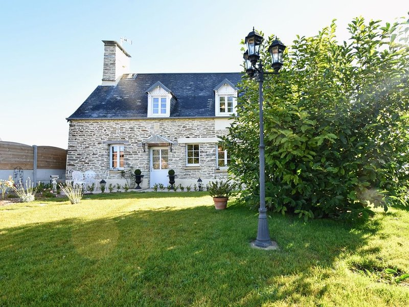 Modern Holiday Home in La Barre-de-Semilly, holiday rental in Saint-Lo