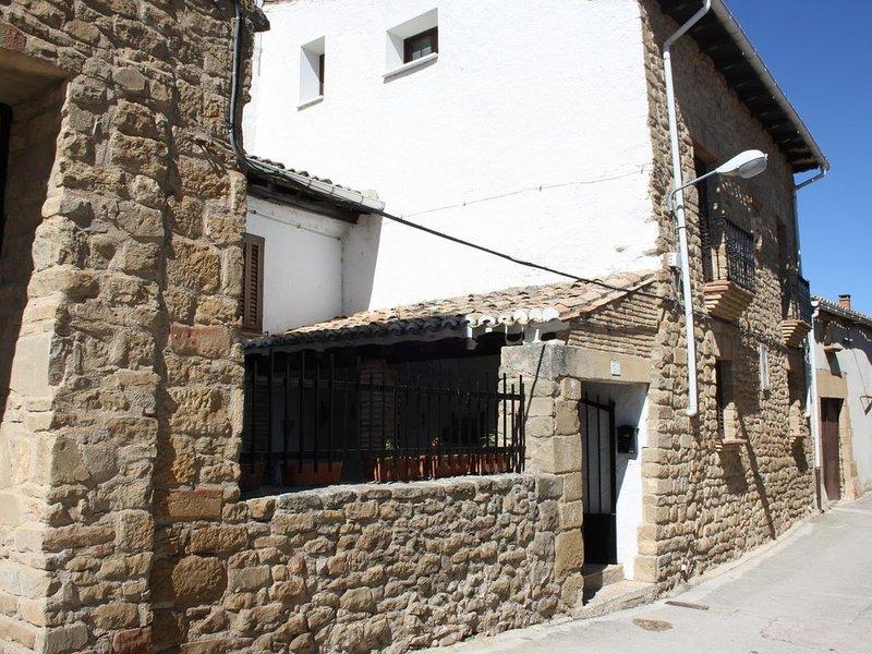 Cómoda casa de piedra, cerca de Pamplona y a 100 m del recinto medieval del C, location de vacances à Pitillas
