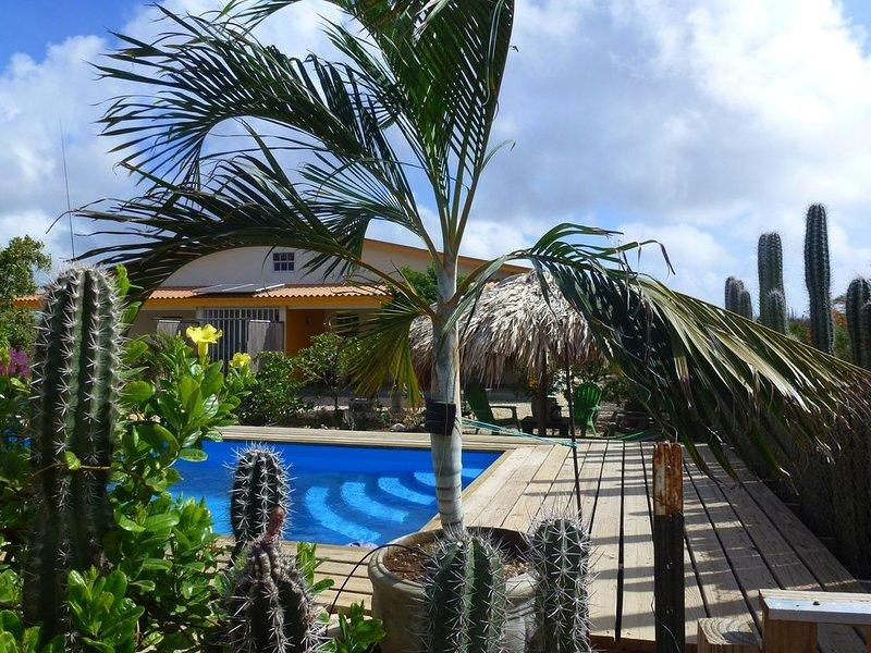 Zonnig nieuw vakantiehuis met grote tuin, palmpalapa en eigen zwembad, alquiler vacacional en Kralendijk