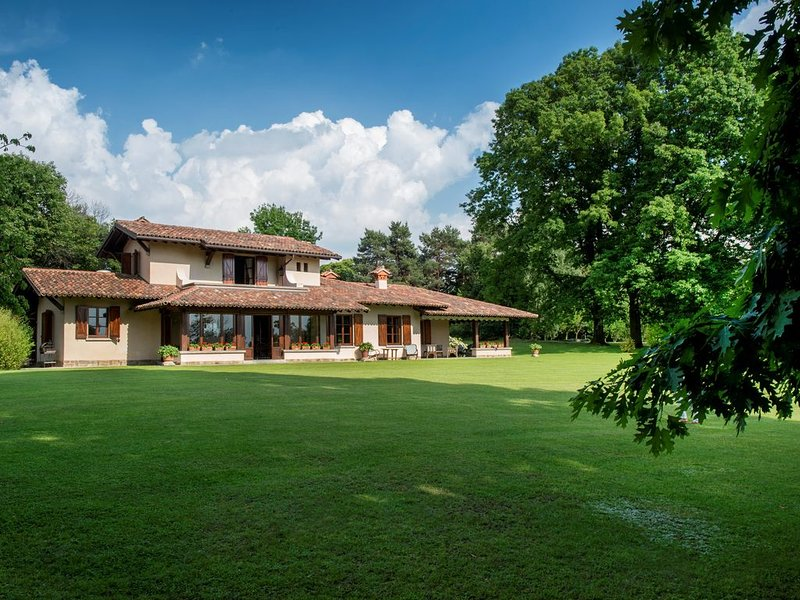 Luxury Villa With large Eco-Pool And Magnificent Views of the Alps, holiday rental in Province of Como