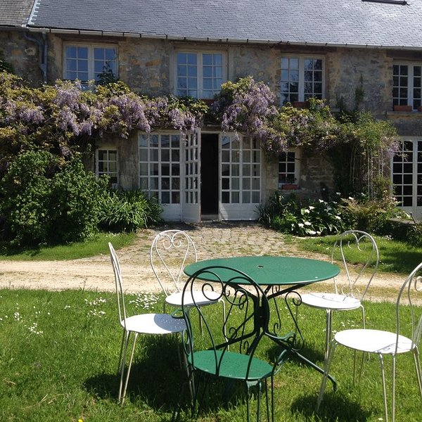 Mews Cottage within the grounds of Chateau Le Mont Epinguet, casa vacanza a Saint-Joseph