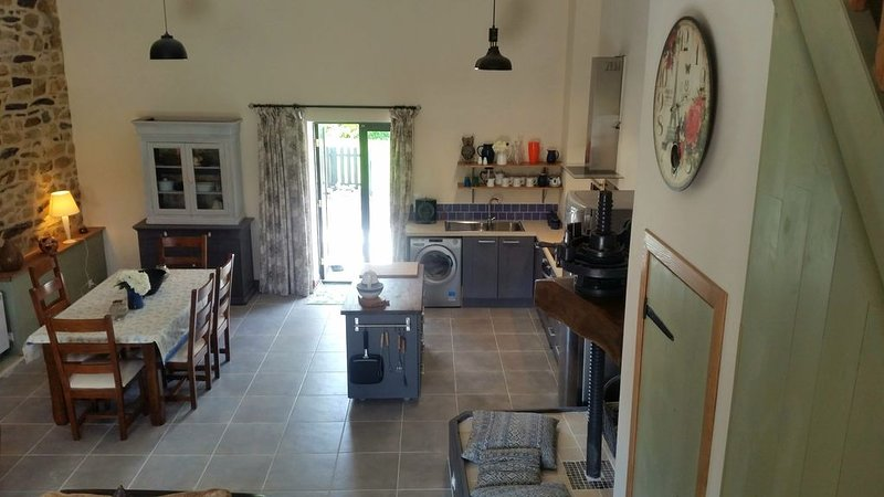 Beautiful, spacious, 2 bed renovated breton cider press, 6km from the coast!, vacation rental in Briec
