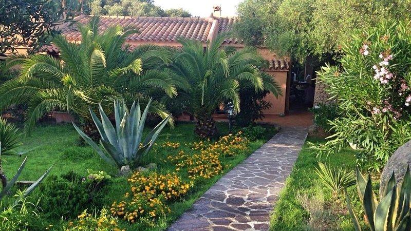 Villa a Santa Teresa di Gallura, grande villa con giardino vicino la spiaggia, holiday rental in Terravecchia-portoquadro