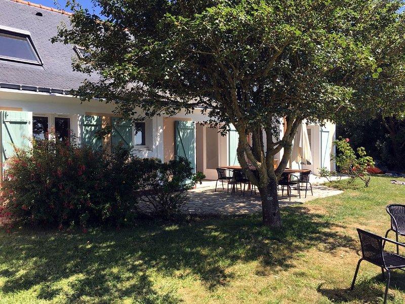 JOLIE MAISON VUE SUR CHAMPS ET MER A SAUZON, location de vacances à Belle-Ile-en-Mer