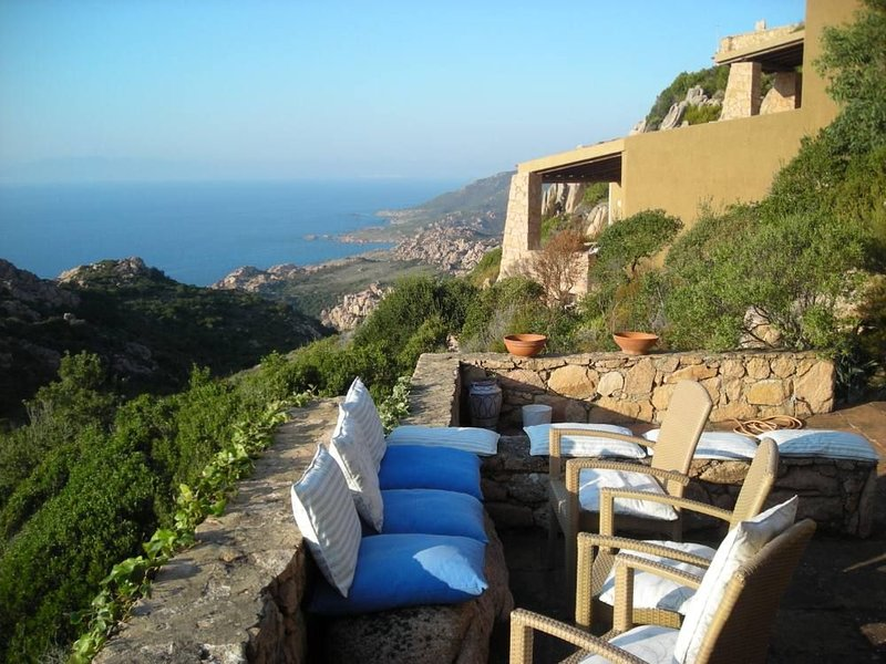 Bellissima villa singola con grandi terrazze panoramiche sul mare Nord Sardegna, vacation rental in Costa Paradiso