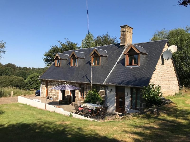 Renovated Stone Cottage in Rural Location, location de vacances à Les Cresnays