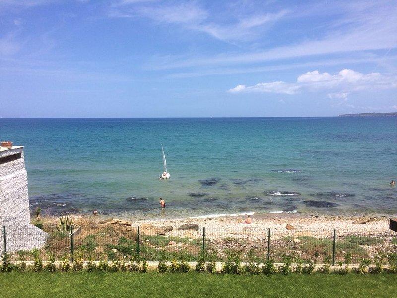 Villa direkt am Meer mit Garten absolut ruhig, holiday rental in Trappeto