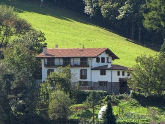 Casa rural Aritzeta rodeada de naturaleza y paisajes espectaculares para 15, location de vacances à Saldias