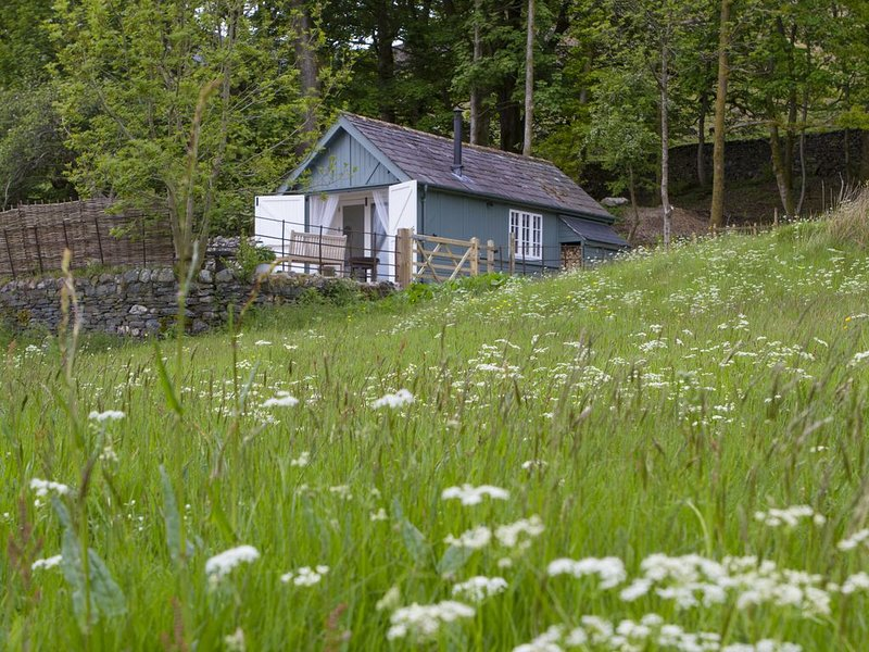 An enchanting cabin nestled in area of woodland fields and orchard, holiday rental in Coniston