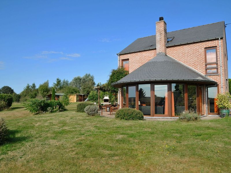 Family home in stunning setting, with outdoor swimming pool and large garden, holiday rental in Heure