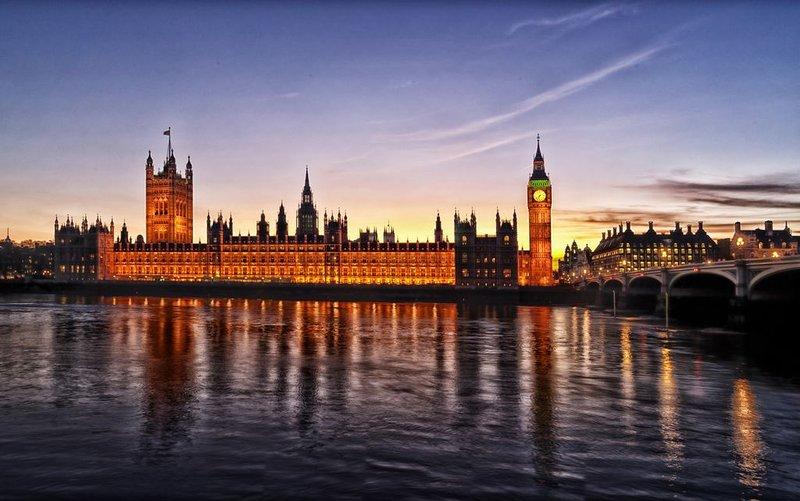 5 arrêts à Westminster (pour le Parlement)