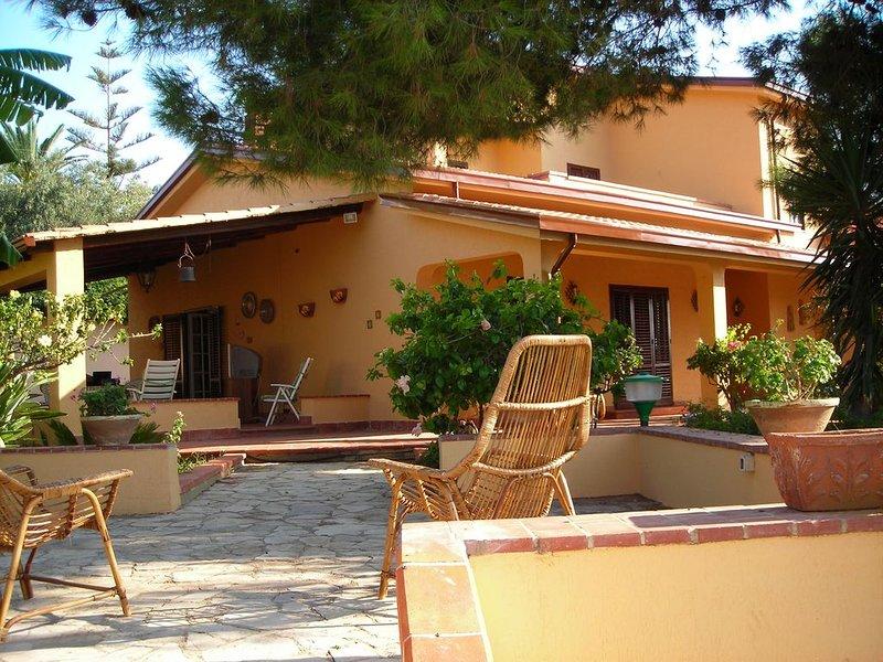 Villa 'Il Plumbaco' con ampia veranda e rigoglioso giardino. A 5 minuti dal mare, vacation rental in Trappeto