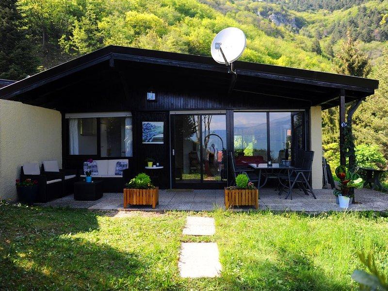Mooie vakantiebungalow met een prachtige groene natuur om heerlijk te ontspannen, alquiler vacacional en Tignale