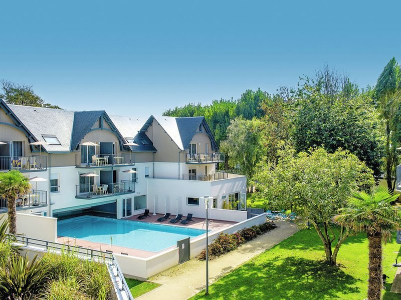 Modern furnished apartment with swimming pool on park near beach Bénodet, Ferienwohnung in Benodet