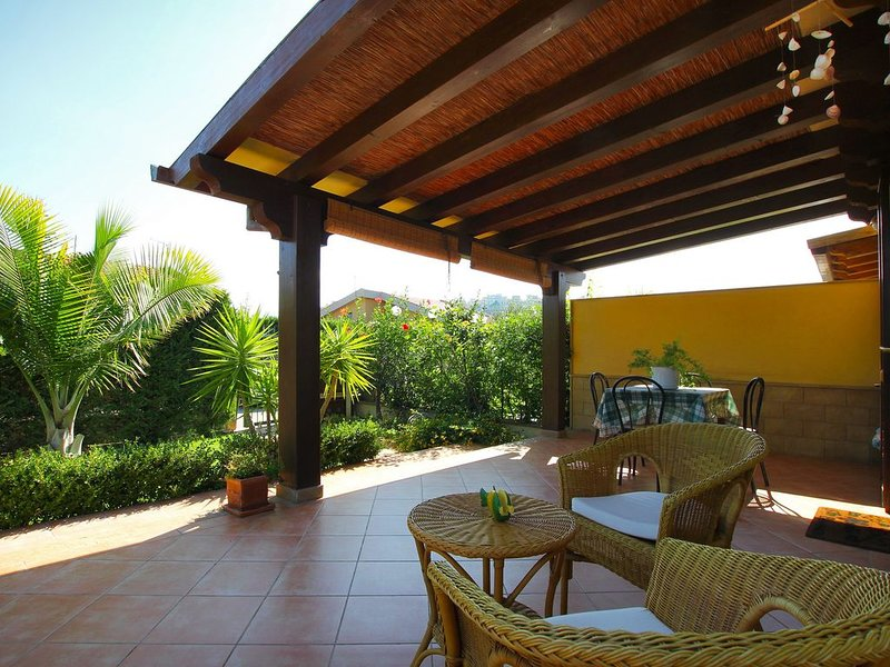 BEACH side villa for a SEA holiday near Cefalù, 2 bedrooms, Wi-Fi, AC & Garden, holiday rental in Buonfornello