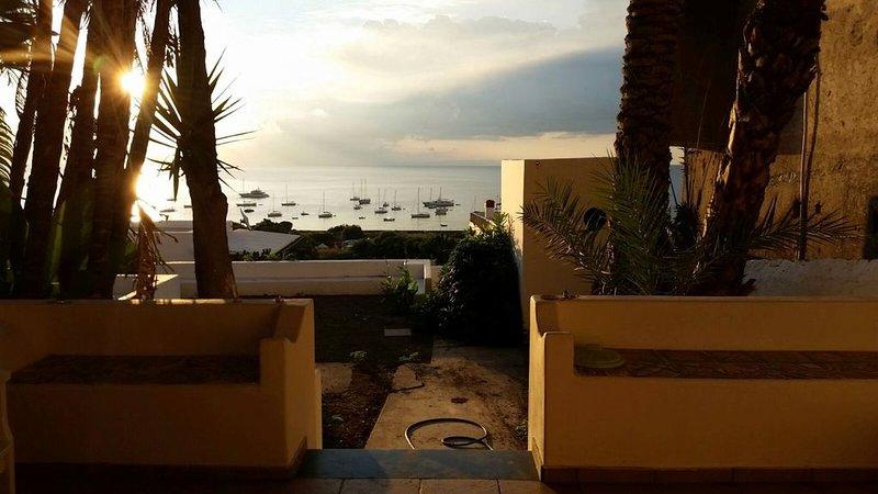 Desde la casa se puede disfrutar de una hermosa vista de los barcos amarrados en el mar.