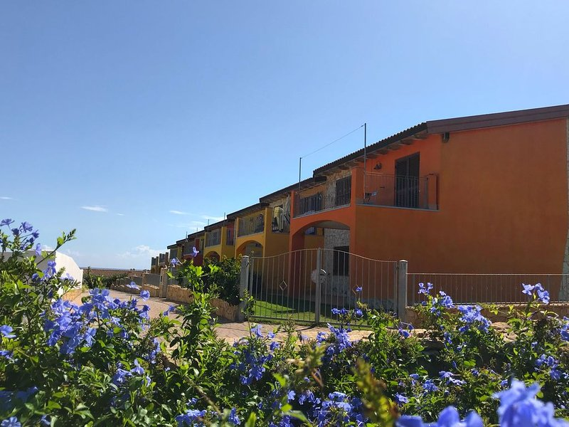 Panoramic villa with pool, 200 meters from the beach, casa vacanza a Tertenia