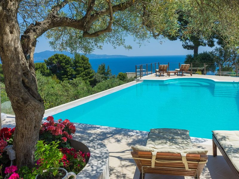 Luxury private 'Villa Hermes' with large pool and stunning views, location de vacances à Katsarou