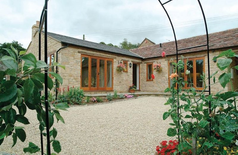 Cider Press Cottage is a light, warm and spacious semi-detached property., holiday rental in Ettington