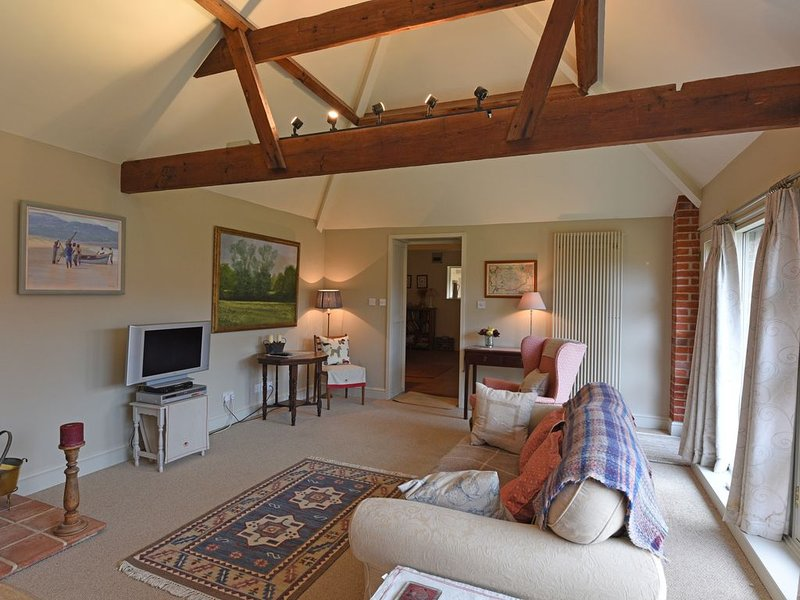 The Courtyard is a spacious but cosy cottage, in Suffolk, that welcomes dogs, Ferienwohnung in Pettistree