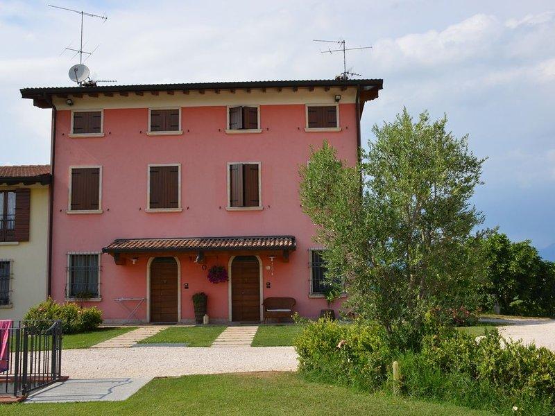 Casa vacanze lago di Garda con vista panoramica, 5km da Peschiera del Garda, holiday rental in Cavriana