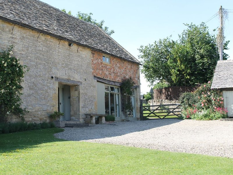 Delightful, barn cottage in peaceful rural village. Walks, pubs, scenery. Relax!, alquiler vacacional en Cheltenham