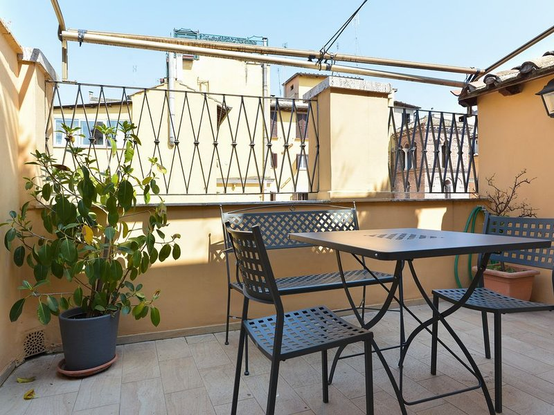 Relax sul terrazzo di un accogliente appartamento vicino al Pantheon, holiday rental in Ladispoli