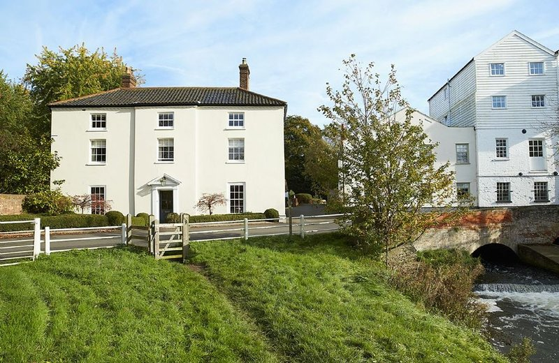 The Mill House, sleeps 13 - 10 miles from Norwich and Cromer, situated on the ed, location de vacances à Horsford