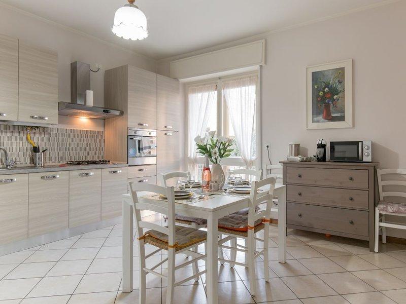 Centro storico Ampio appartamento vista lago due camere due bagni posto auto, holiday rental in Lake Garda
