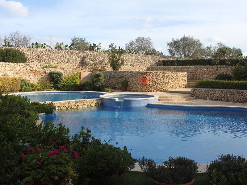 Large & modern 3 bedroom family apartment with shared pool in Qala, Gozo (Malta), location de vacances à Qala