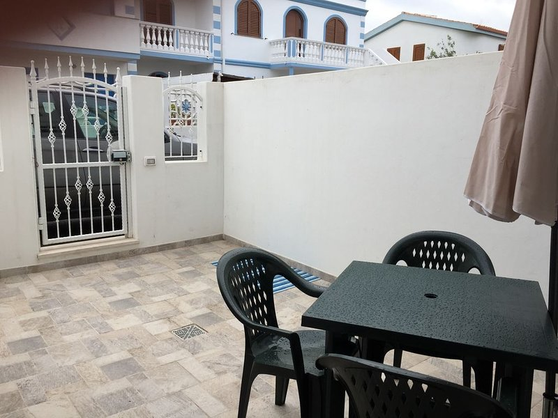 BABY HOUSE - bilo con cortile indipendente/apartment with private area IUN P5263, holiday rental in Isola di Sant Antioco