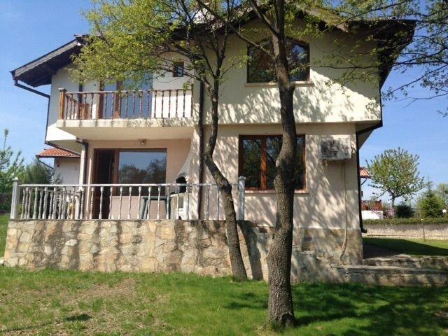 Charmante Maison sur le littoral de la Mer Noire avec piscine disponible, holiday rental in Shkorpilovtsi