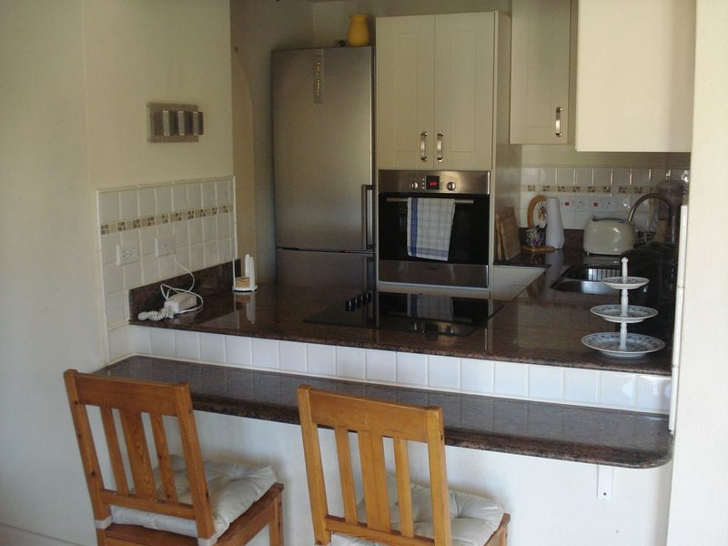 Upscale furnished holiday apartment in quiet road with pool close to golf club, casa vacanza a Rockley