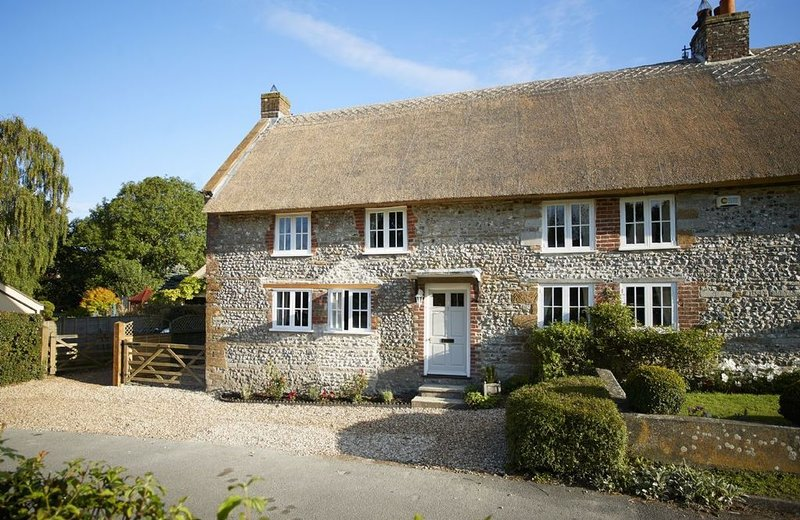 Thatched and built of stone, Coombe Cottage is a stylishly refurbished small Gra, location de vacances à Stratton