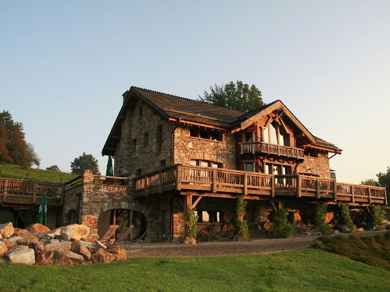 Opulent Chalet in Thirimont with Turkish Steambath & Sauna, location de vacances à Ambleve